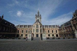 Anne Duquesne guide conferenciere Douai Beffroi cour d honneur